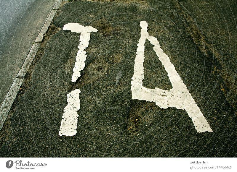 TA Taxi Parkplatz Schriftzeichen schreiben Typographie Buchstaben Asphalt Berlin Stadt Stadtleben Verkehr Straßenverkehr Güterverkehr & Logistik Personenverkehr