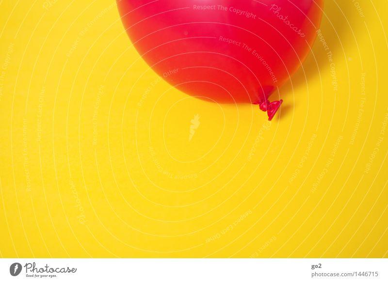 Rot auf Gelb Farbe rot Freude gelb Feste & Feiern fliegen Party Freizeit & Hobby Dekoration & Verzierung Geburtstag Fröhlichkeit ästhetisch Lebensfreude einfach rund Luftballon