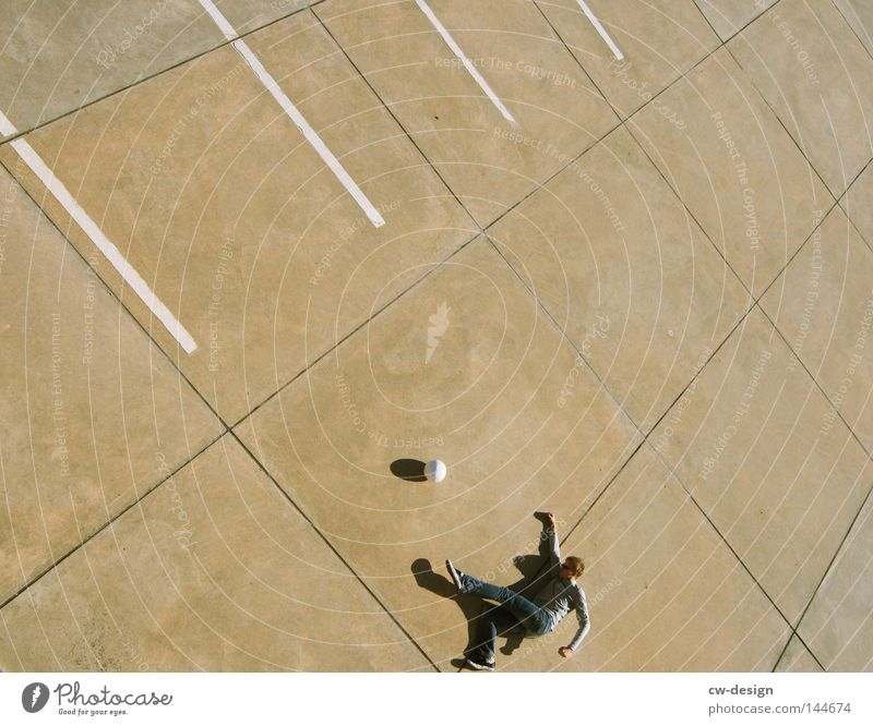 URBAN GAMES pt.V Mensch Mann Sommer ruhig kalt Sport Spielen Stein Linie hell Freizeit & Hobby laufen fliegen Beton Fußball Ordnung