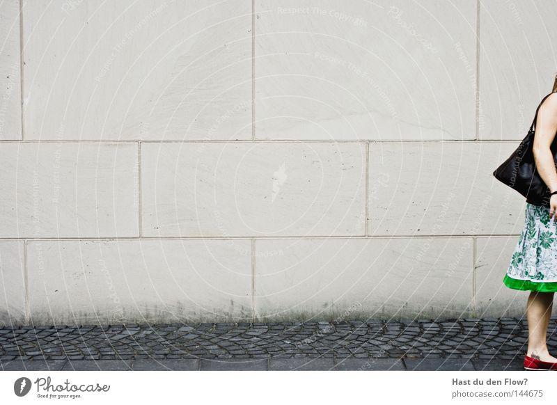 Ich bin dann mal weg Museum gefangen Justizvollzugsanstalt trist Langeweile Sofa Hocker grau Wand Bodenbelag Zufriedenheit Farblosigkeit bewegungslos Müdigkeit