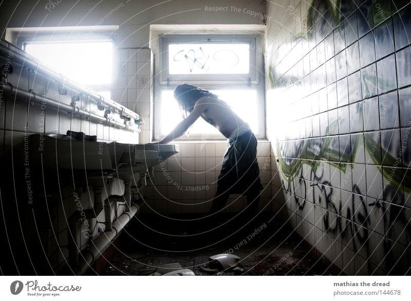 BLN 08 | KATZENWÄSCHE Mann alt Wasser weiß grün schön Einsamkeit ruhig Erholung Fenster kalt Wand Haare & Frisuren Linie Beleuchtung Raum