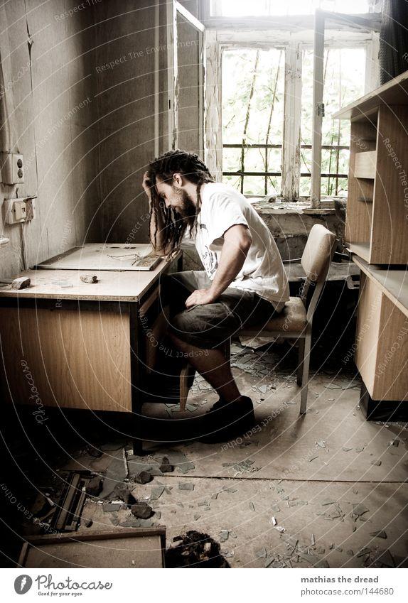 BLN 08 | SCHATZ ICH BLEIB HEUTE LÄNGER IM BÜRO Mann Sonne dunkel Arbeit & Erwerbstätigkeit Büro Fenster Haare & Frisuren Denken Raum dreckig gehen Tisch Trauer