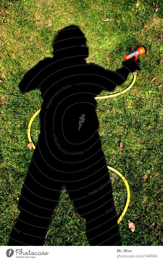schlauchschütze Freude Sommer Garten Gartenarbeit Mensch Wasser Blatt Park Wiese gelb grün rot Schattenspiel gießen sprengen Gärtner Wasserschlauch Schlauch