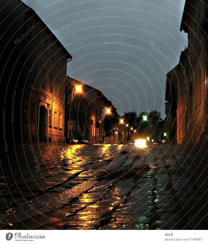 streets of altlandsberg Stadt Gebäude dunkel trist Regen nass Reflexion & Spiegelung Licht Kunstlicht Ampel Straßenverkehrsordnung Verkehr Fahrzeug erleuchten