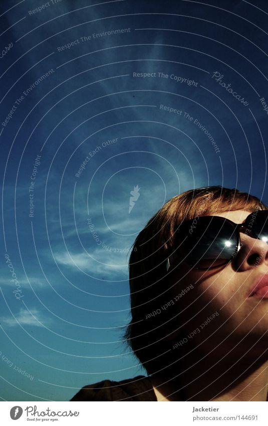 Der Sonne entgegen. Frau Himmel Jugendliche Sommer Wolken Gefühle Glück Luft Zufriedenheit blond Nase Brille Spaziergang Kleid Lippen Hals