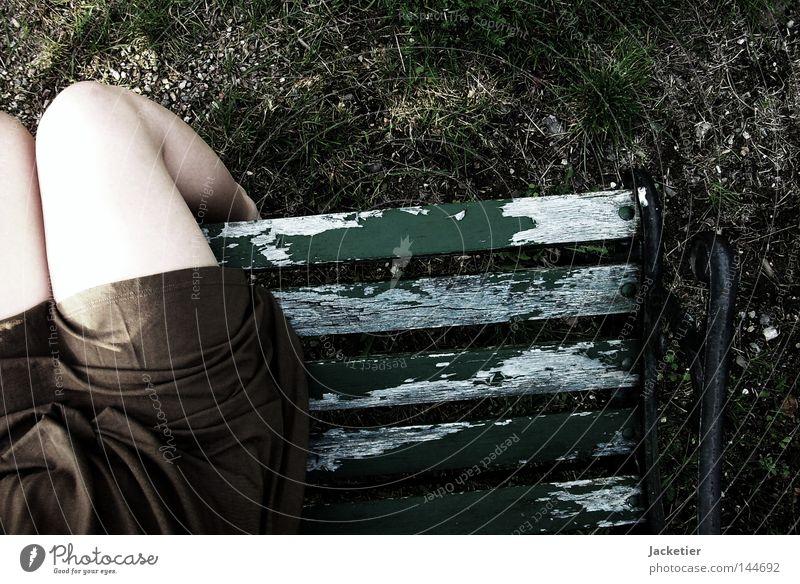 Warten und finden. grün Gras Stein Fuß Beine braun Angst warten Suche Rasen Kleid Panik Lack Kieselsteine Knie