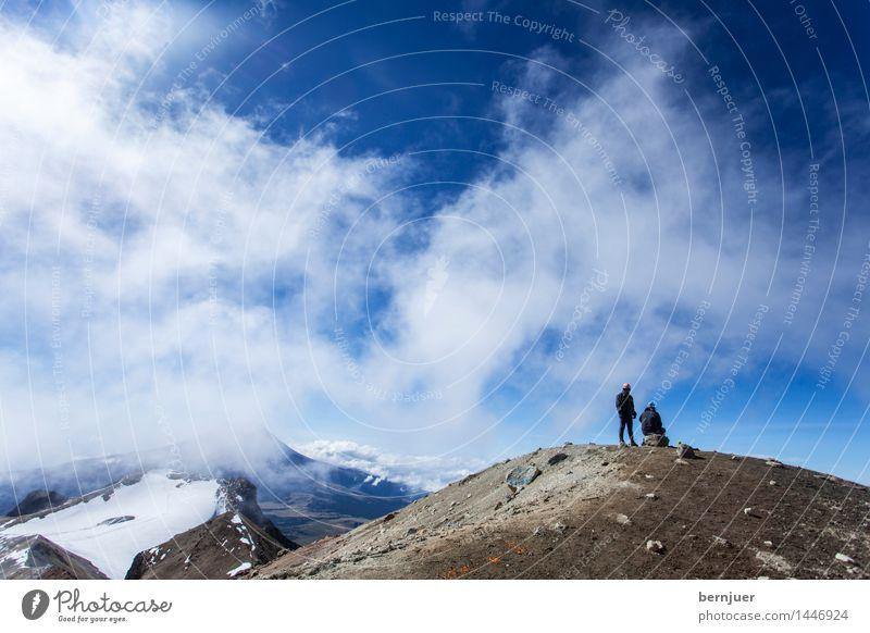 lonely at the top Mensch Natur Ferien & Urlaub & Reisen blau Landschaft Wolken ruhig Leben braun Felsen Wetter authentisch Erfolg stehen Schönes Wetter Gipfel