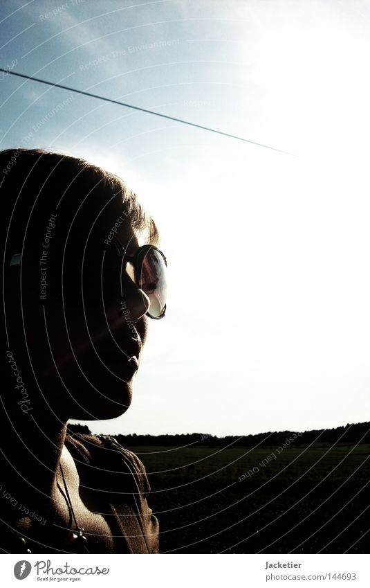 ...und ihr Leben änderte sich. Himmel Sommer Sonne Graffiti Haare & Frisuren braun Feld Luft Nase Kabel Kleid Lippen Sonnenbrille Kette Skelett Bekleidung