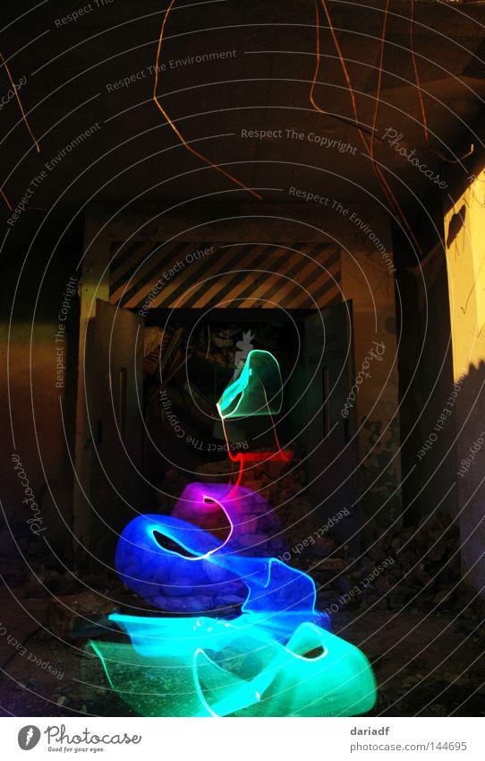 Anlage zum Befördern von Waren und Personen alt dunkel Stein dreckig kaputt Baustelle gruselig verfallen Ruine schäbig Fahrstuhl Neonlicht spukhaft
