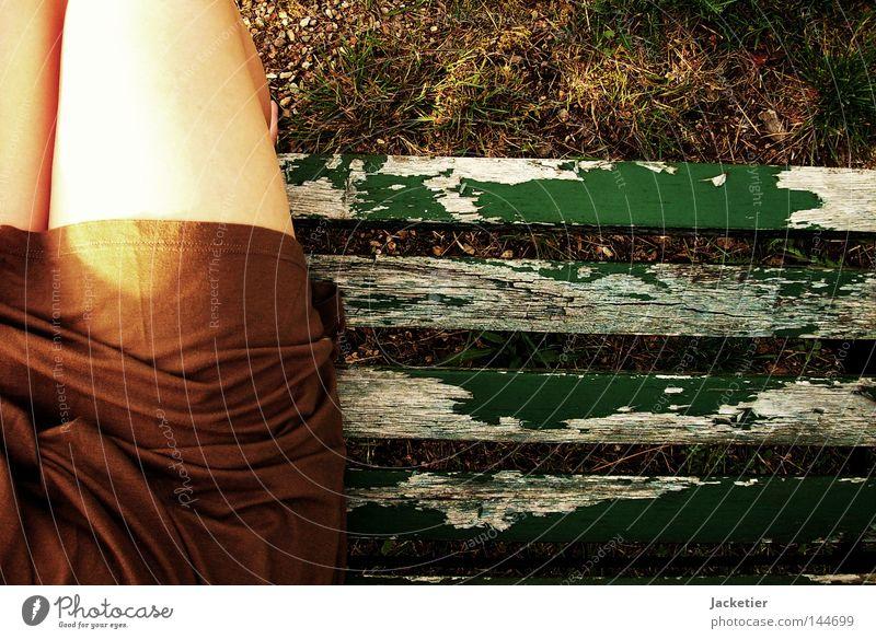 Mein rechter, rechter Platz ist frei... grün Sommer Gefühle Stein Fuß Beine braun warten Rasen Bank Kleid Vertrauen Falte Zehen Lack Kieselsteine