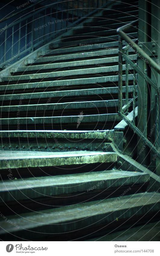 Stairway to... alt ruhig dunkel oben leer Treppe Ecke verfallen unten Nacht Bahnhof Stillleben Kurve aufwärts Geländer abwärts