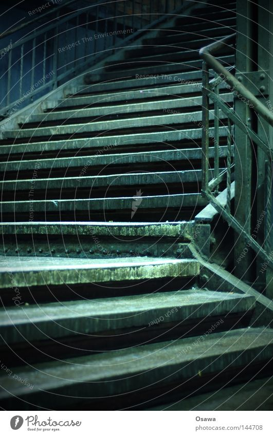 Stairway to... Osten Bahnhof Treppe Geländer Treppengeländer Schmiedeeisen Biegung Kurve Wegbiegung Ecke Pfosten oben aufwärts unten abwärts Bahnsteig