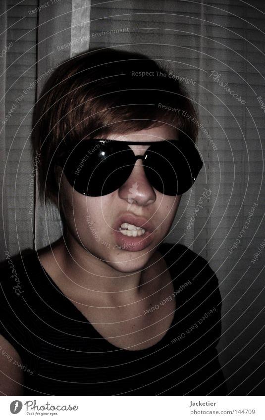 Zähne zeigen! Kinn Lippen Wange Stirn braun Brille Sonnenbrille Skelett Vorhang Fenster Jalousie Wut Ärger Braa! Nase Haare & Frisuren T-Shirt Hals Schatten