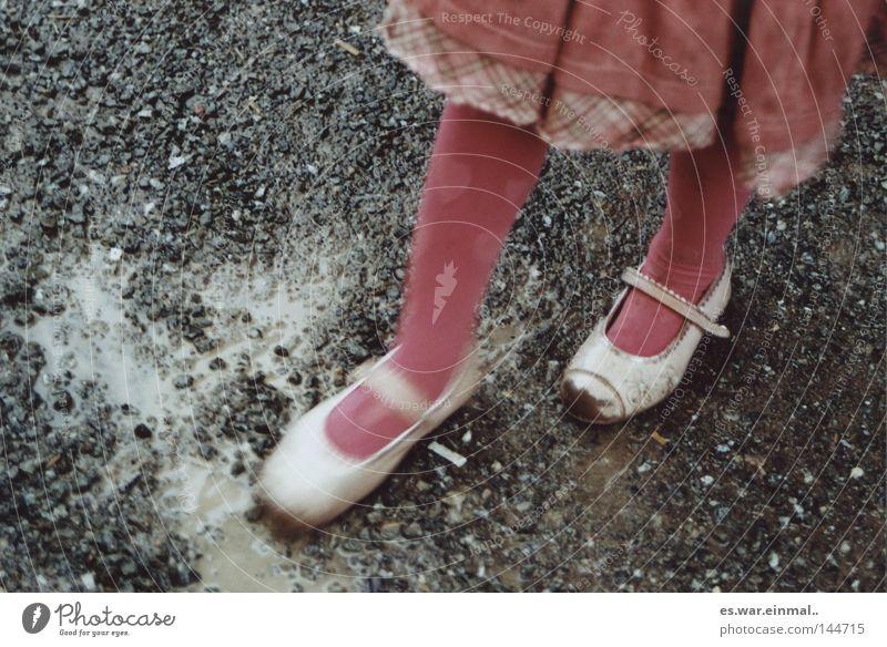 was kinder lieben. Kind Mädchen Freude Spielen Bewegung Beine Regen Fuß Schuhe Zufriedenheit Kindheit Herz rosa dreckig Geburtstag
