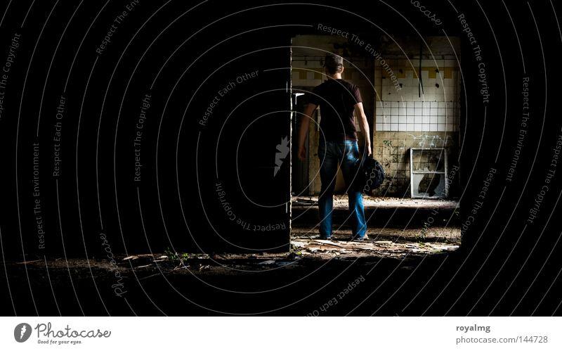 auf Montage Mensch alt Einsamkeit dunkel Arbeit & Erwerbstätigkeit Fenster Traurigkeit Denken leer Industrie Trauer Industriefotografie Küche Fabrik kaputt