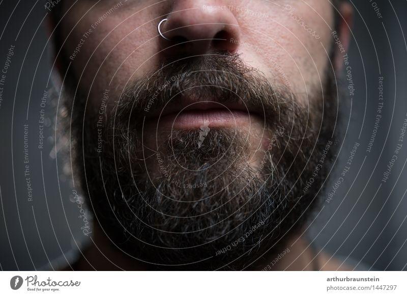 Junger Mann mit Bart und Piercing vor grauem Hintergrund Stil schön Körperpflege Haare & Frisuren Gesicht Rasieren Friseur Mensch maskulin Jugendliche