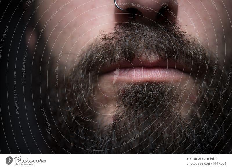 Junger Mann mit Piercing in der Nase und Vollbart Gesicht Mensch maskulin Jugendliche Erwachsene Bart 1 30-45 Jahre Schmuck Nasenring Haare & Frisuren brünett