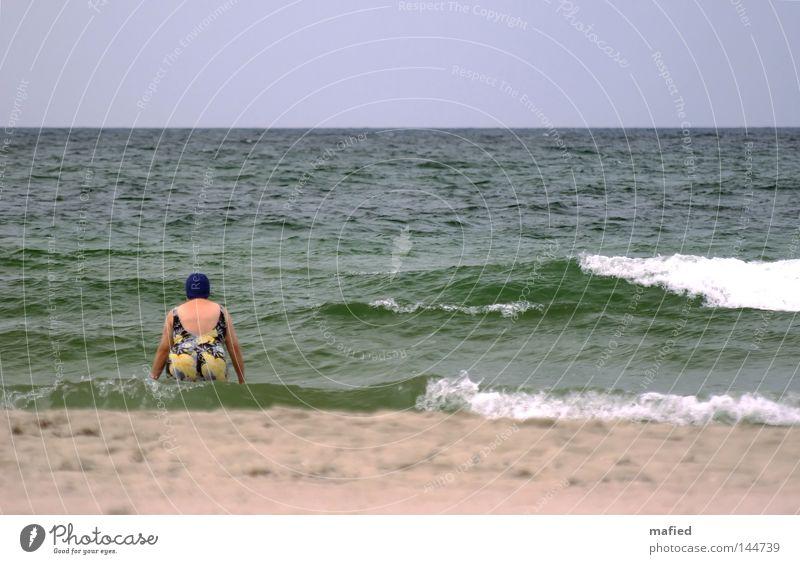 Ende der Badesaison Frau Wasser weiß Meer grün blau Sommer kalt Herbst grau Wellen Wind Ende Schwimmen & Baden frieren