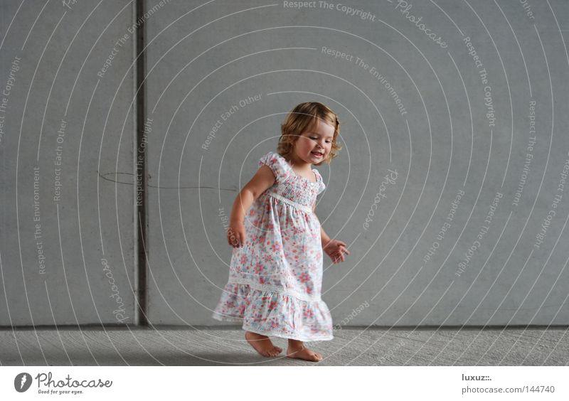 glücklich Kind Freude Spielen Glück lustig Feste & Feiern Zufriedenheit Tanzen frei Fröhlichkeit Kleid Leichtigkeit Barfuß Witz