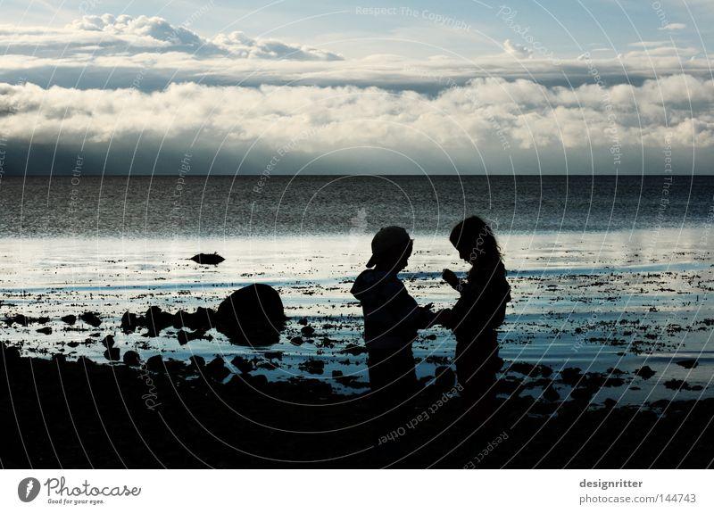 … was ich gefunden habe … Kind Wasser Mädchen Himmel Meer Strand Ferien & Urlaub & Reisen Wolken dunkel Junge Spielen Stein See Sand Zusammensein Küste