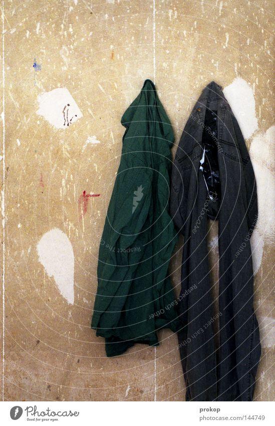 An die Wäsche kalt Wand Arbeit & Erwerbstätigkeit kaputt Bekleidung einfach Hose analog Hemd Umzug (Wohnungswechsel) Loch Handwerk Putz Renovieren Anstreicher