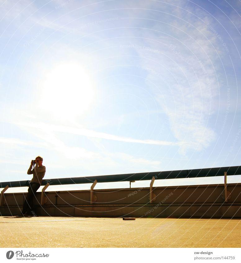 KULTURPROGRAMM pt.III Mensch Mann blau Sonne ruhig Ferne kalt Stein Lampe hell Linie Freizeit & Hobby sitzen warten Beton Ordnung