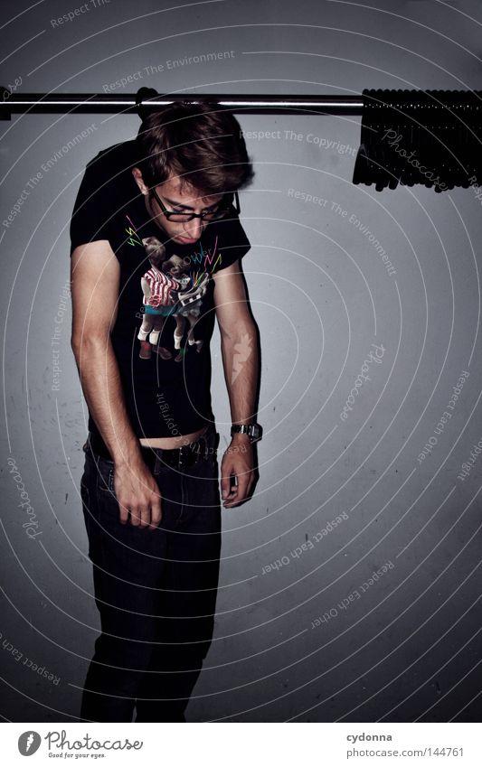 Lass dich nicht hängen ... Haken Kleiderbügel Kleiderständer Mann Kerl Sinn festhängen T-Shirt Stil schlaff Wunsch machtlos unterwerfen Gefühle Kommunizieren