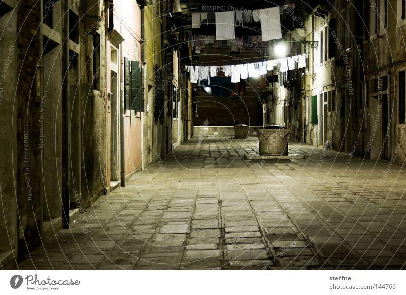 Platz da! Venedig Wäsche aufhängen Waschtag Nacht dunkel Abend Stimmung Italien Italienisch Hof Innenhof eng Häusliches Leben Verkehrswege piazza piazzetta
