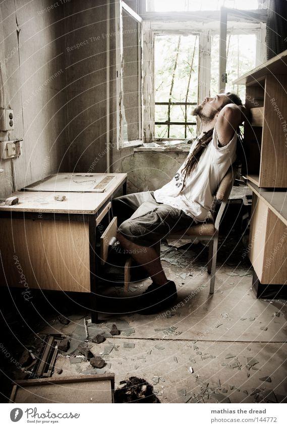 BLN 08 | SCHATZ ICH BLEIB HEUTE LÄNGER IM BÜRO PART II Mann Sonne Einsamkeit dunkel Arbeit & Erwerbstätigkeit Büro Fenster Haare & Frisuren Denken Raum dreckig gehen Tisch Trauer