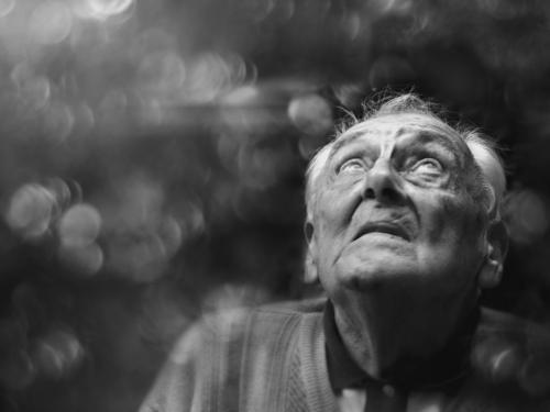 Gott würfelt nicht alter Mann Senior Gesicht Hoffnung Glaube Porträt Wunsch vergessen Erinnerung Blick nach oben Seniorenpflege Ruhestand Männlicher Senior