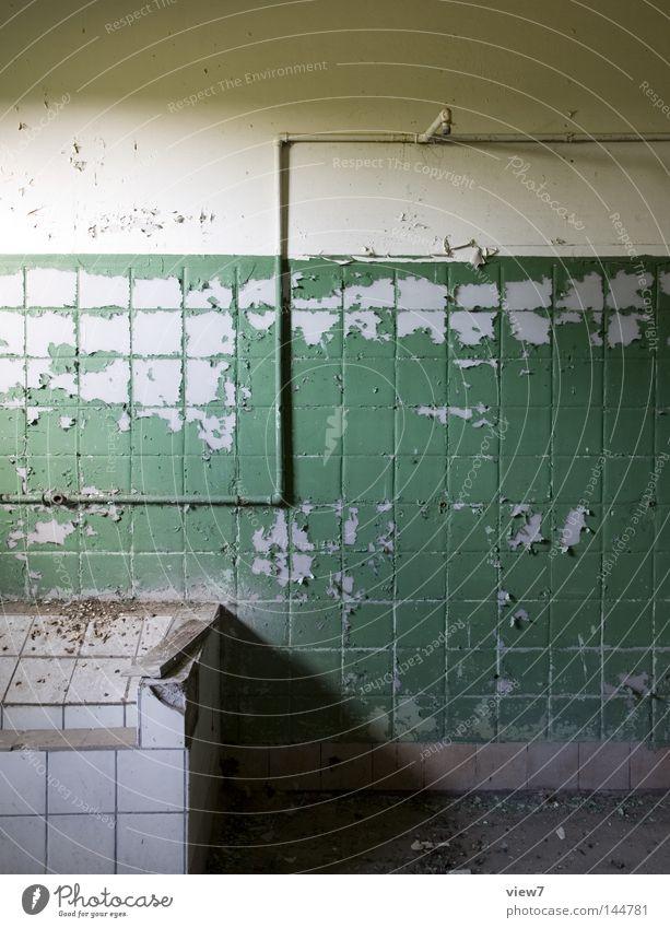 S-Installation Bad Duschraum Sauberkeit alt schließen Zeit vergessen Einsamkeit Fußgängerübergang Handtuch Wäschetrockner Gitter Fenster Lichteinfall Schatten