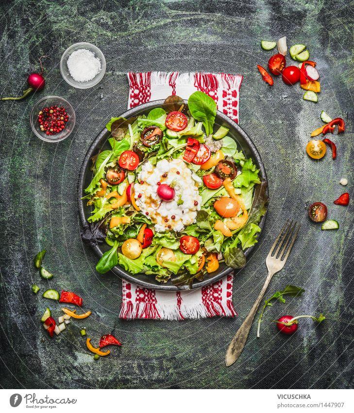 Köstlicher Salat mit Hüttenkäse und Tomaten Gesunde Ernährung Leben Speise Essen Foodfotografie Stil Lebensmittel Design Tisch Kräuter & Gewürze Küche Gemüse