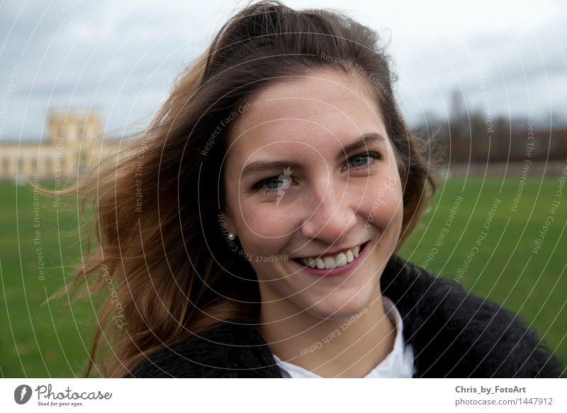 chris_by_fotoart Junge Frau Jugendliche Erwachsene 1 Mensch 13-18 Jahre Ohrringe brünett langhaarig Lächeln frech Fröhlichkeit Glück schön feminin Freude
