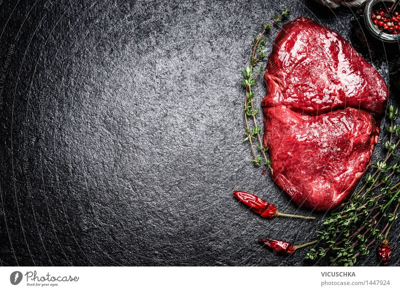 Rindersteak mit Kräutern und Gewürzen Gesunde Ernährung Essen Foodfotografie Stil Hintergrundbild Lebensmittel Design Tisch Kochen & Garen & Backen
