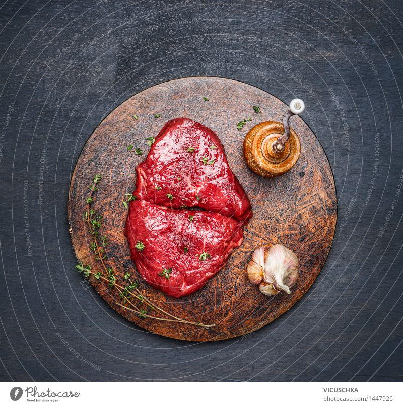 Steaks mit Zutaten auf rundem Schneidebrett Gesunde Ernährung Stil Lebensmittel Design frisch Tisch Kräuter & Gewürze Küche Bioprodukte Fleisch Top Abendessen