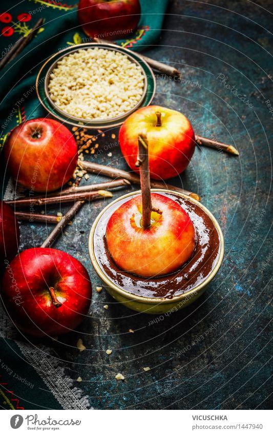Äpfeln auf Sticks mit schmelzendem Schokolade Freude Foodfotografie Leben Stil Lebensmittel Feste & Feiern Design Frucht Ernährung Tisch Küche Süßwaren Zweig