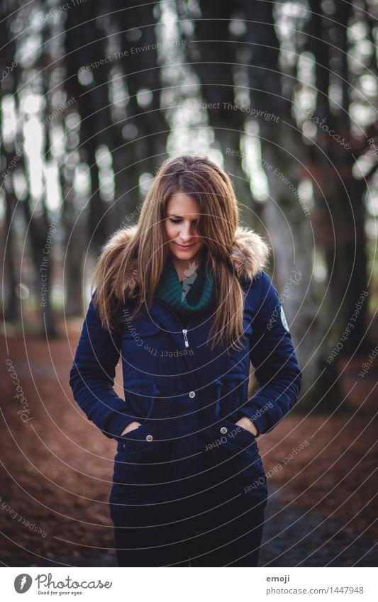 Wald feminin Junge Frau Jugendliche 1 Mensch 18-30 Jahre Erwachsene Herbst Mode Jacke brünett langhaarig schön kalt kuschlig Farbfoto Außenaufnahme Tag
