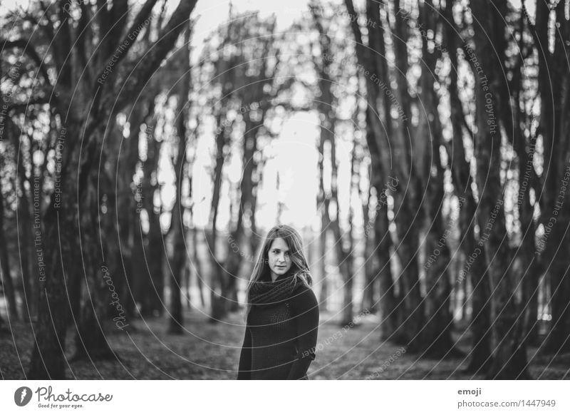 Wald feminin Junge Frau Jugendliche 1 Mensch 18-30 Jahre Erwachsene Umwelt Natur kalt Schwarzweißfoto Außenaufnahme Tag Schwache Tiefenschärfe Oberkörper