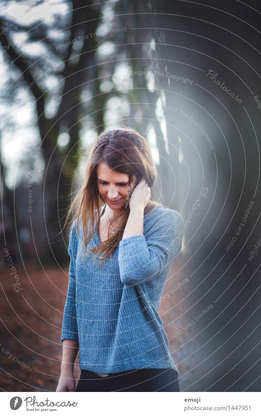 windy feminin Junge Frau Jugendliche 1 Mensch 18-30 Jahre Erwachsene Pullover brünett einzigartig Farbfoto Außenaufnahme Tag Schwache Tiefenschärfe Oberkörper