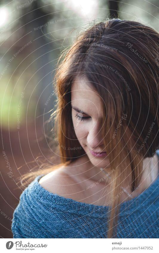 nah feminin Junge Frau Jugendliche Haare & Frisuren 1 Mensch 18-30 Jahre Erwachsene schön Farbfoto Außenaufnahme Nahaufnahme Tag Schwache Tiefenschärfe Porträt