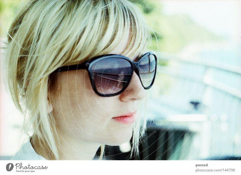 Seeblick Frau schön Meer Sommer Ferien & Urlaub & Reisen blond Brille Sonnenbrille bleich attraktiv