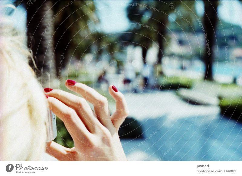 die Finger ! Frau Wasser rot Ferien & Urlaub & Reisen Sommer Freude blond Finger Palme Tiefenschärfe Fotografieren Nagellack
