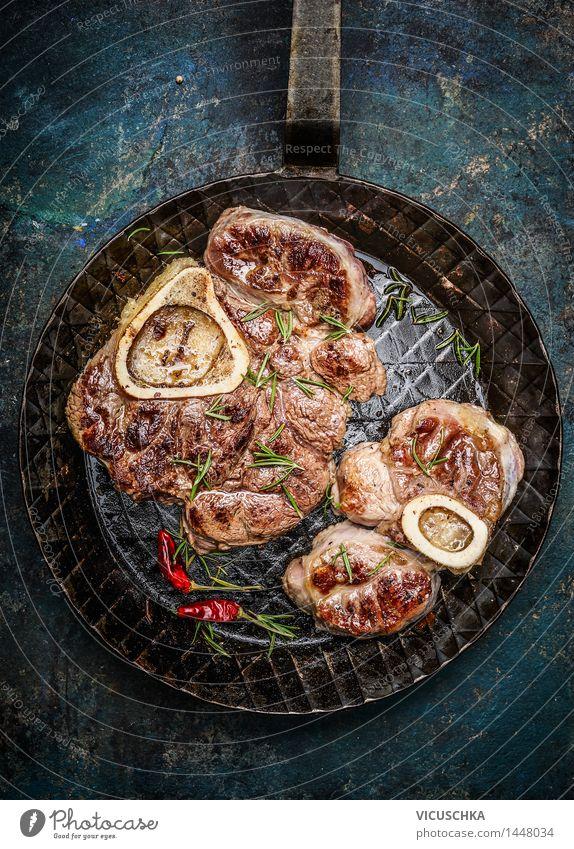Gebratene Kalbshaxe Scheiben in der Pfanne Lebensmittel Fleisch Ernährung Mittagessen Abendessen Festessen Tisch Küche Design Stil Feinschmecker Fleischgerichte