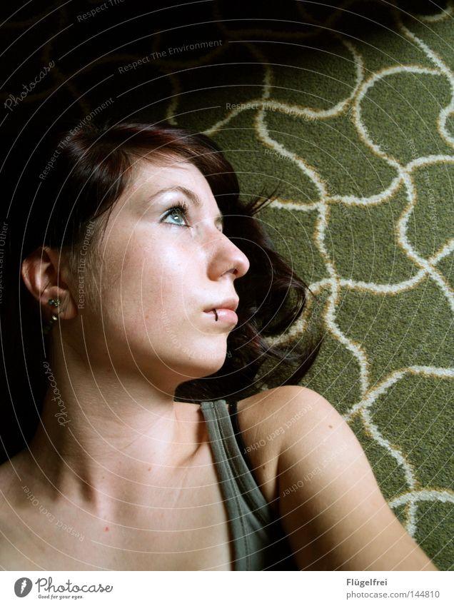 Querdenker Haare & Frisuren Schminke Wellen Auge Piercing Ohrringe Streifen Denken drehen fallen liegen träumen grün weiß Konzentration Teppich Quadrat wellig