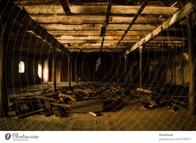 Dachboden alt Einsamkeit Haus dunkel Fenster Wand Traurigkeit Beleuchtung Tod Holz Stein Deutschland glänzend dreckig gold verrückt
