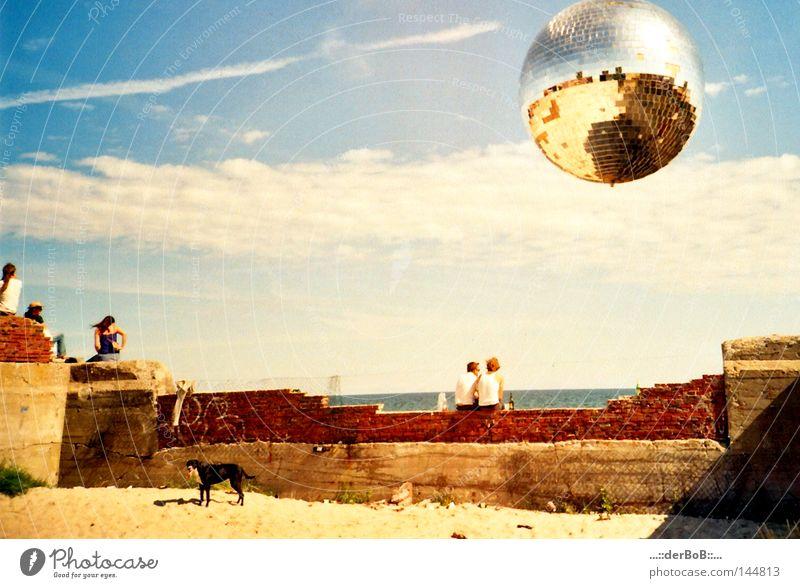 FeieRaBeND Freude Rauschmittel Erholung ruhig Sonne Strand Meer Musik Tanzen Ball Mensch Freundschaft Himmel Wolken Mauer Wand Hund Discokugel Backstein atmen