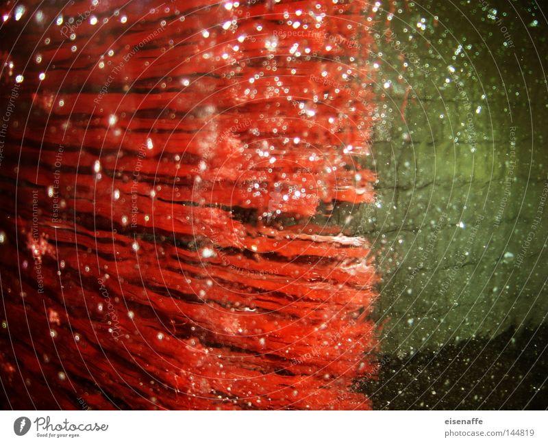 Borstenvieh in rot Autowaschanlage Autowäsche Wäsche spritzen Schaum Wassertropfen Tropfen Tankstelle PKW obskur