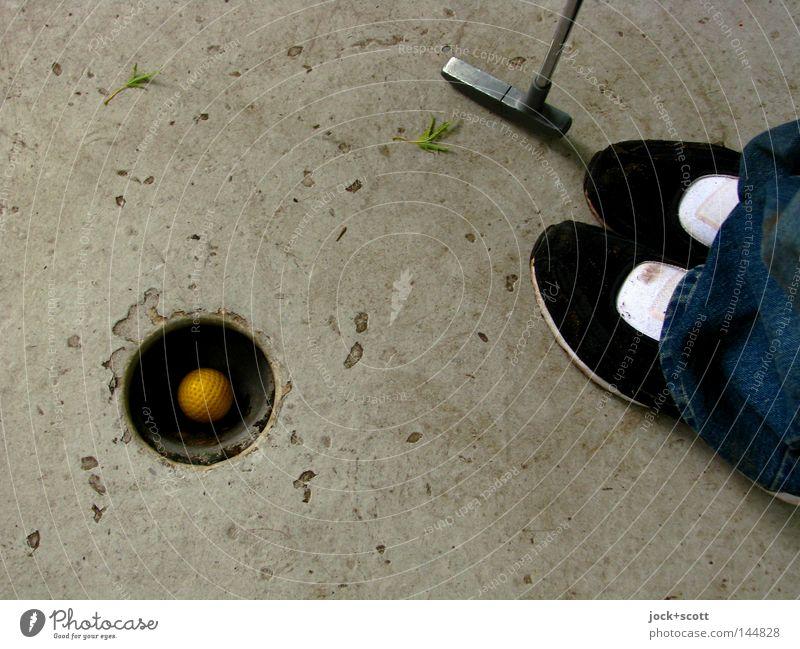 ....... und eingeputtet Spielen Glück Schuhe Freizeit & Hobby Zufriedenheit authentisch Erfolg stehen Beton Ziel Ball Kugel Golf Bildausschnitt Anschnitt Orientierung