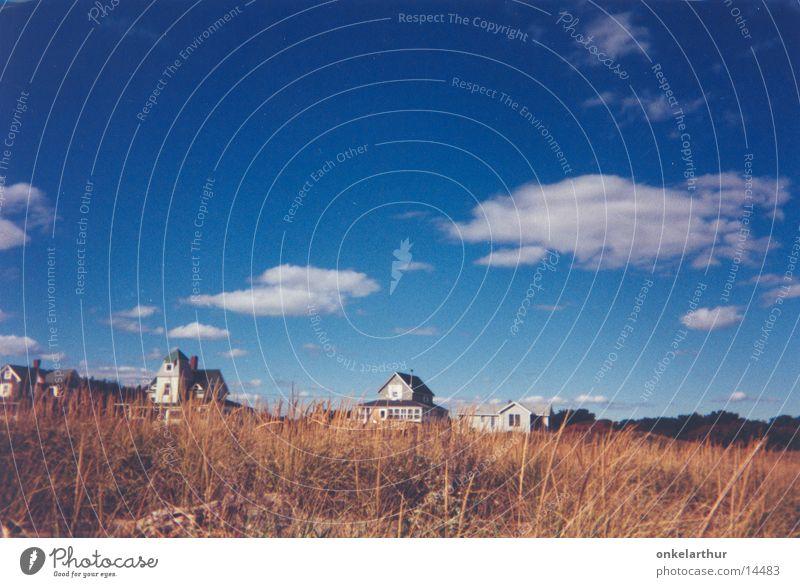 Maine Gras Haus Wolken Stranddüne Himmel Ferne Dünengras Menschenleer Einfamilienhaus Neuengland Blauer Himmel Wolkenhimmel ruhig Urlaubsfoto Reisefotografie