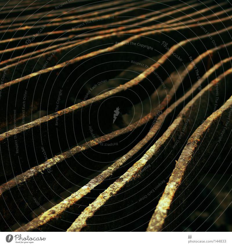 Rostspuren Herbst braun verbinden Grill Kohle Grillrost schwer Eisen kalt streben Spuren krumm Metall Grillplatz Abend Dämmerung vergangen durcheinander
